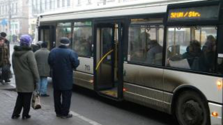 O femeie şi-a rupt clavicula într-un autobuz