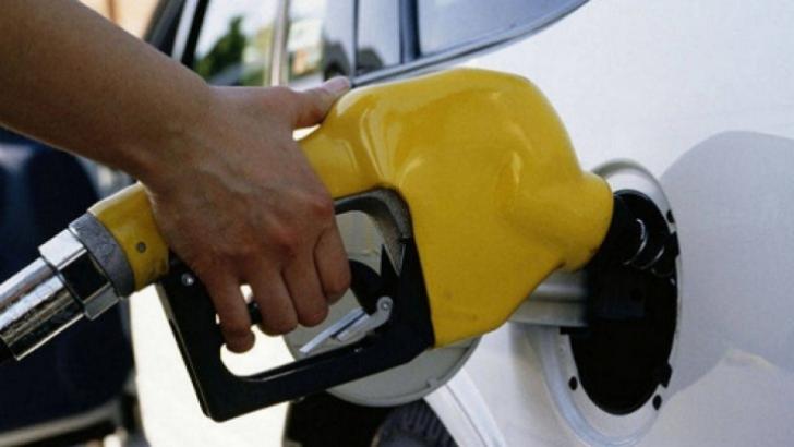 Acciza la benzină îi va face pe români să alimenteze mai puţin