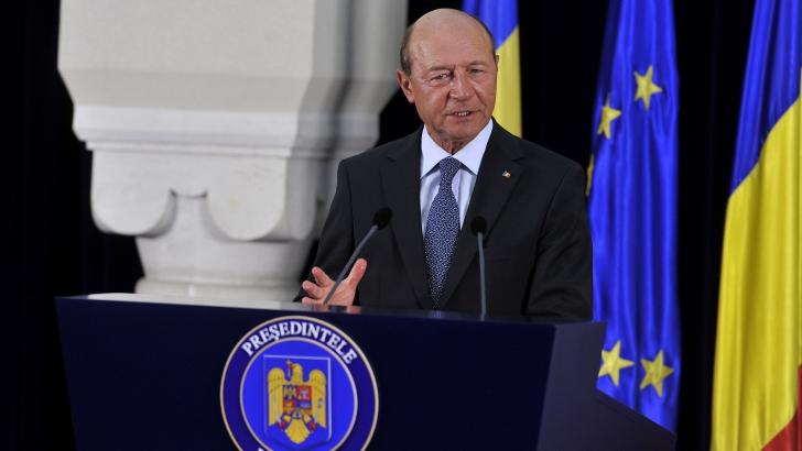 Băsescu: Romii care trag de cetăţeni deranjează, bancherii ce fură miliarde nu deranjează pe nimeni