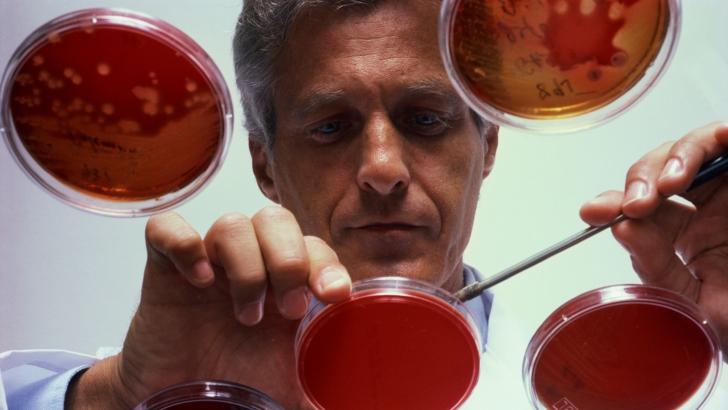 Un simplu test de sânge poate prezice riscul sinuciderii