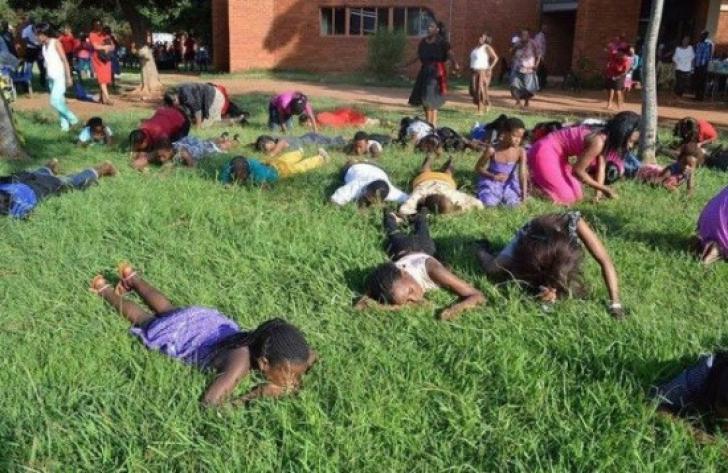 Un preot i-a pus pe enoriași să mănânce iarbă