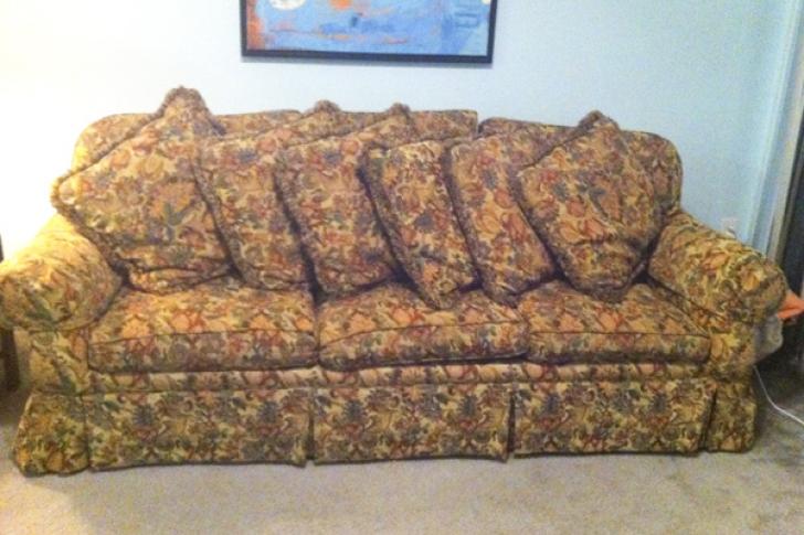 Ce se ascundea în canapeaua second hand