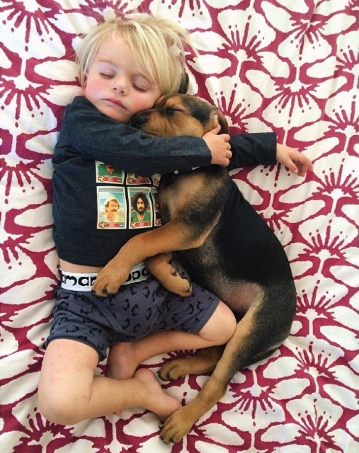Cele mai EMOŢIONANTE imagini cu un copil care doarme cu câinele
