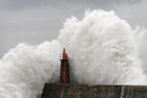 Nordul Spaniei, măturat de intemperii: valuri de 10 metri au cauzat pagube de milioane de euro