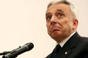 Ce spune Isărescu despre proiectul Guvernului de susţinere a băncilor cu credite neperformante