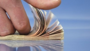 Guvernul amână proiectul care limitează tranzacţiile în numerar şi reduce comisioanele bancare