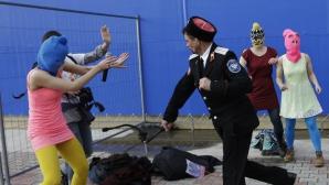 Membrele trupei Pussy Riot au fost bătute cu biciul la Soci