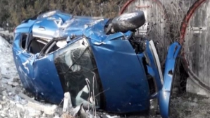 O şoferiţă a intrat cu maşina într-un gard de beton, apoi s-a răsturnat