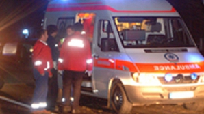 Un microbuz cu călători a accidentat mortal un bărbat căzut pe şosea