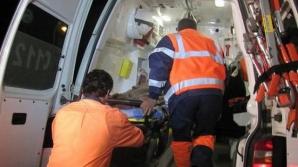 Cinci bărbaţi, răniţi după ce maşina în care se aflau a căzut într-o râpă de şapte metri
