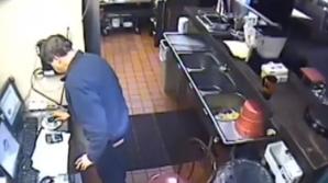 Angajatul Pizza Hut și-a făcut nevoile în chiuveta de la bucătărie