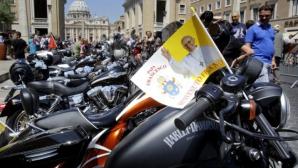 O motocicletă aparţinând Papei Francisc, vândută la licitaţie.
