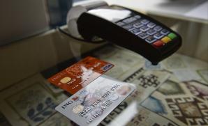 Ce comisioane percep băncile atunci când plăteşti cu cardul