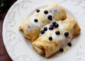 Clătite cu brânză dulce şi afine la cuptor