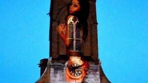 Femeie dezbrăcată pe turla unei biserici