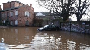 Cel puţin doi morţi în urma intemperiilor din M.Britanie.140.000 de locuinţe sunt fără electricitate