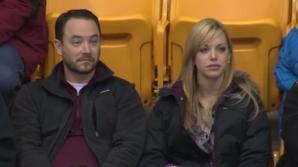 Tot stadionul îi aştepta să se sărute. Gestul bărbatului i-a lăsat pe toţi cu gura căscată