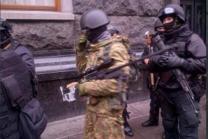 Lunetişti fotografiaţi în apropierea Pieţei Independenţei din Kiev