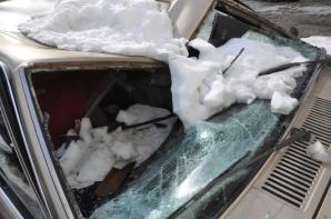 Şi-au găsit maşinile distruse în parcare