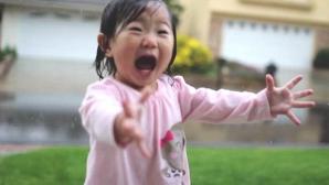 Reacția adorabilă a unei fetițe care vede ploaia pentru prima oară