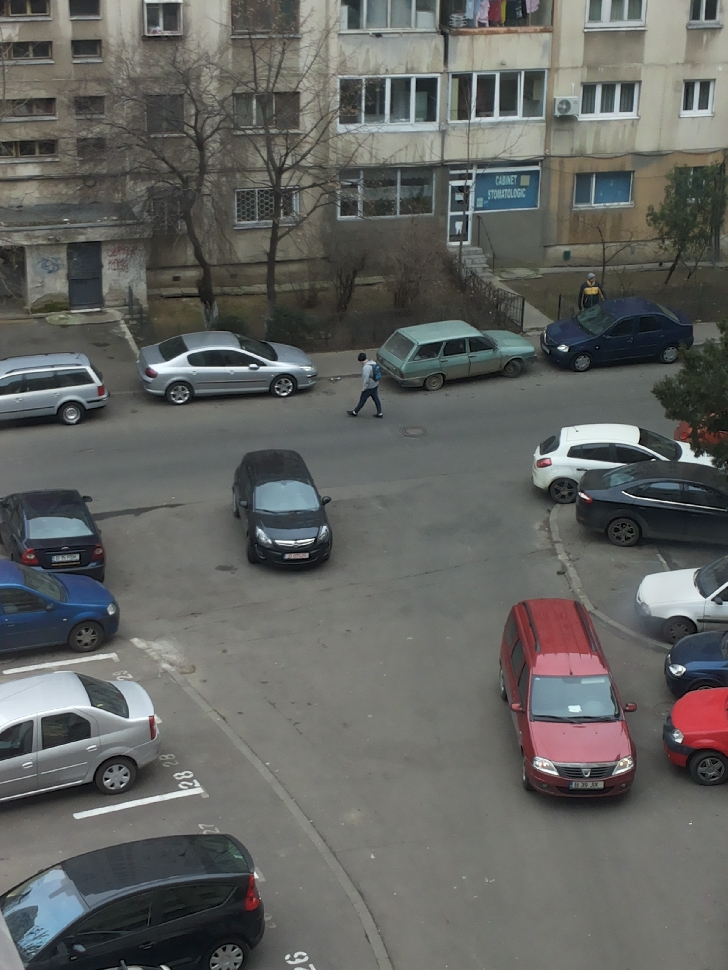 MARTOR OCULAR. Oamenii sunt revoltaţi. Şi-a parcat maşina în mijlocul drumului