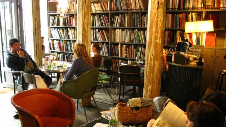 Descoperire uimitoare făcută de un bărbat într-o carte pe care a găsit-o într-o cafenea