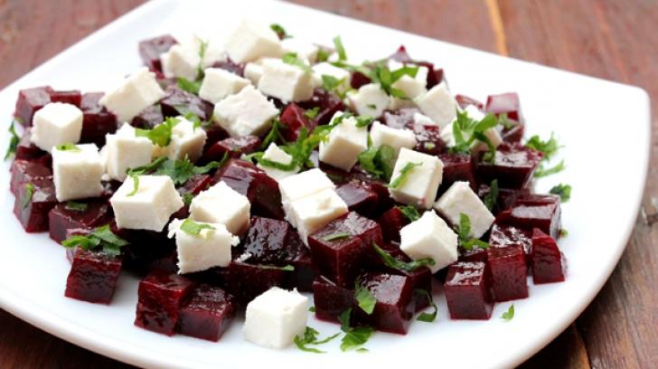 Salată de sfeclă roşie cu brânză