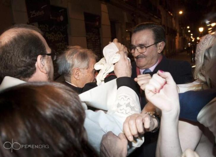Activistele Femen l-au atacat pe arhiepiscopul de Madrid
