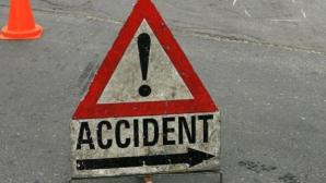 Trei persoane, rănite într-un accident în care a fost implicată o ambulanţă