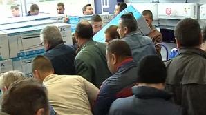 Sute de oameni s-au înghesuit la aparate de aer condiționat
