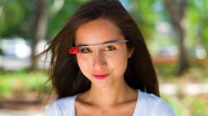 Amanda Rosenberg, purtând ochelarii Google Glass