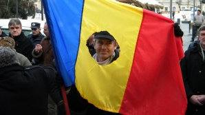 PROTEST AL REVOLUŢIONARILOR în faţa sediului central al PSD