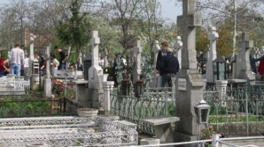 JOIA MARE. Focuri aprinse în cimitir în JOIA MARE