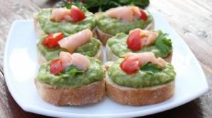 Crostini cu avocado şi somon