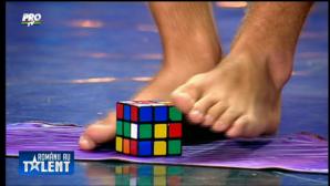 ROMÂNII AU TALENT.Un puşti a încercat să rezolve Cubul Rubbik cu picioarele! Juraţii au rămas uimiţi