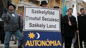 Susţinători ai autonomiei secuilor au aprins lumânări în faţa Ambasadei României la Budapesta
