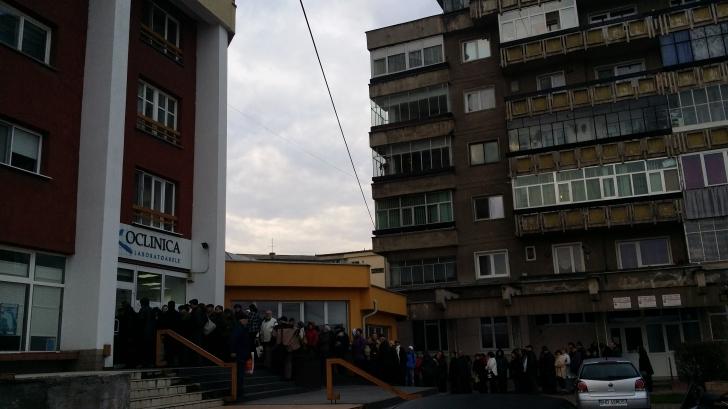 Zeci de oameni stau la coadă pentru analizele medicale gratuite