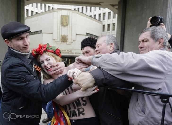 """Activistele Femen au denunţat """"războiul lui Putin"""""""