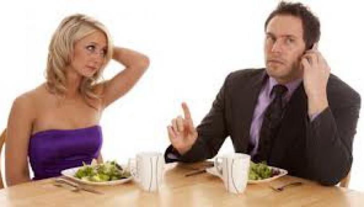 9 lucruri pe care să nu le spui la masă