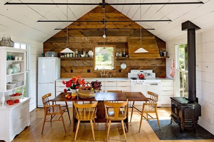Fostă baracă muncitorească din lemn, de 70 de ani, transformată într-o superbă locuinţă