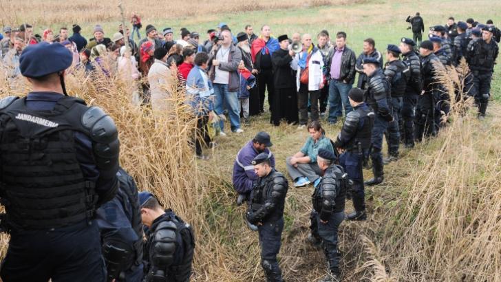 PROTESTE LA PUNGEŞTI: Localnicii au încercat să oprească maşini ale Chevron