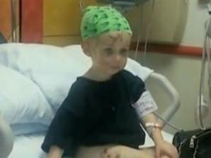 O mamă care şi-a văzut fetiţa atacată de un pit bull a sărit şi a muşcat câinele de ureche