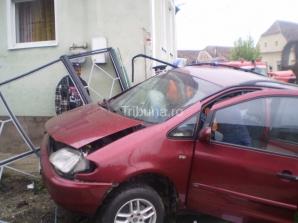 A pierdut controlul volanului şi a fost proiectat în zidul unei case