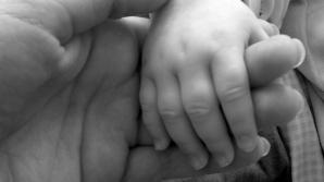 """Ziarişti britanici care voiau să """"cumpere"""" bebeluşi din Bulgaria, prinşi în flagrant de o jurnalistă"""