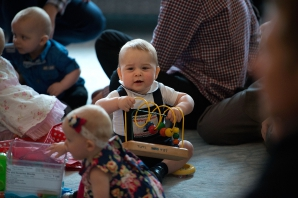 Prinţul George al Marii Britanii, primul angajament oficial, la 8 luni: joaca cu alţi bebeluşi, în Noua Zeelandă. FOTO: Mediafax Foto