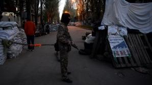 Un separatist pro-rus, în faţa unui punct de pază în Slaviansk