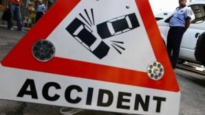 DN 67, blocat după ce un utilaj a căzut dintr-un camion peste un autoturism