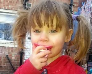 O fetiţă a murit în timp ce se juca de-a v-aţi ascunselea cu frăţiorul ei