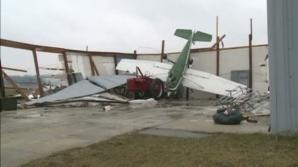 FURTUNĂ VIOLENTĂ în Michigan: avioane răsturnate, sute de acoperişuri smulse