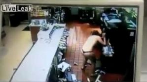 O femeie a pătruns dezbrăcată la McDonald's și a făcut ravagii